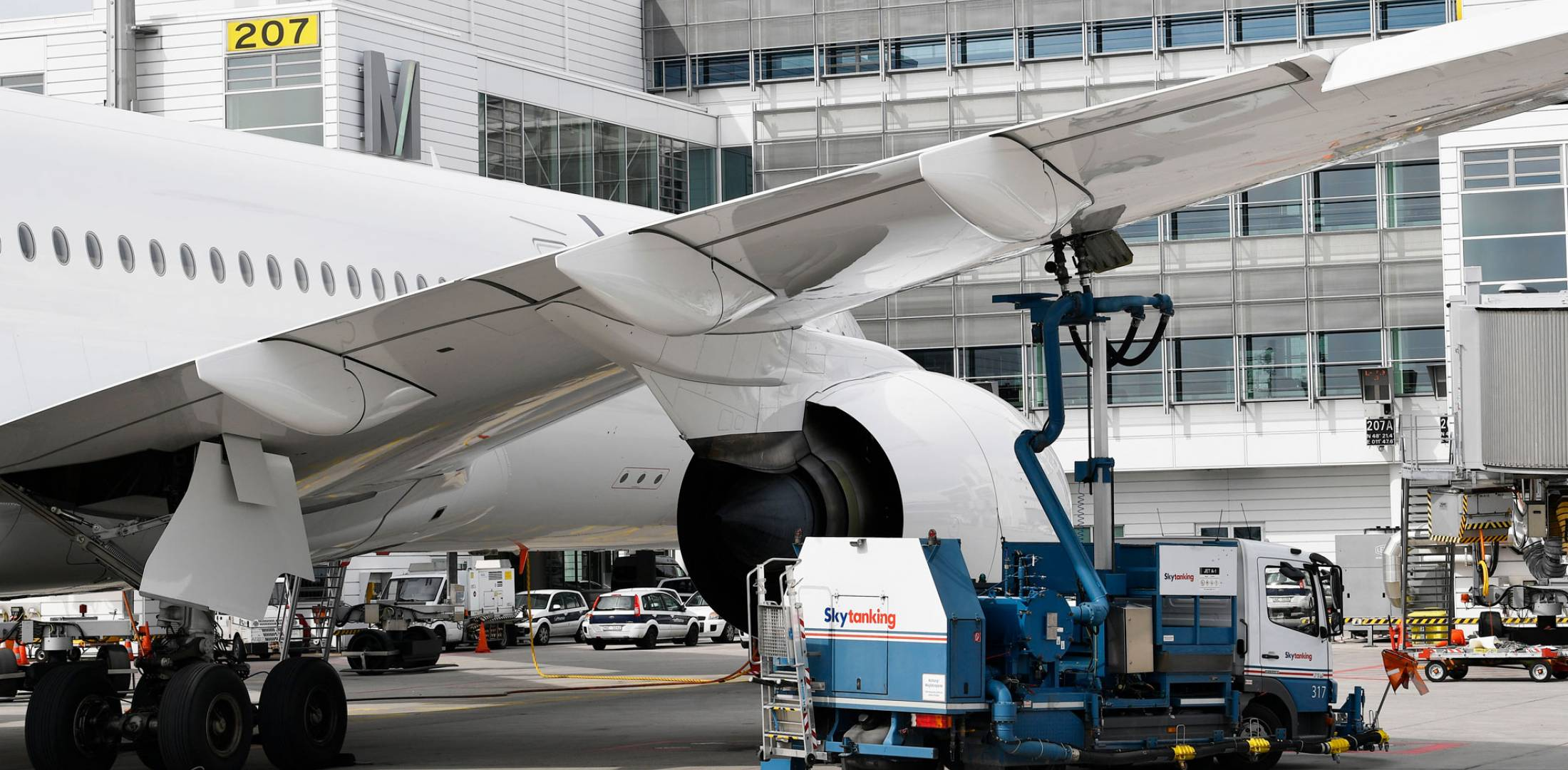 commercial aircraft refueling at Munich Airport